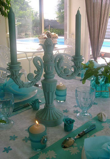Table Decoration With Flowers And Feathers In White And Turquoise Colors