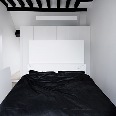 black ceiling beams and bedding