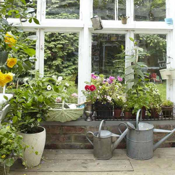 Vintage furniture and garden decor 12 charming backyard ideas for Patio garden accessories