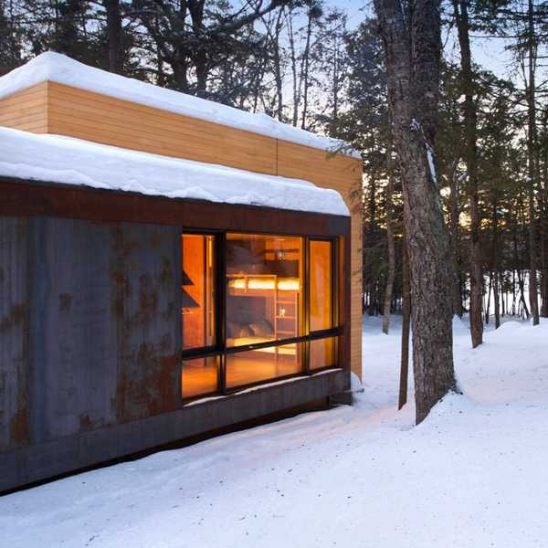 compact modern house design transforming to accomodate guests rh lushome com Christmas Cottage Winter Cabin