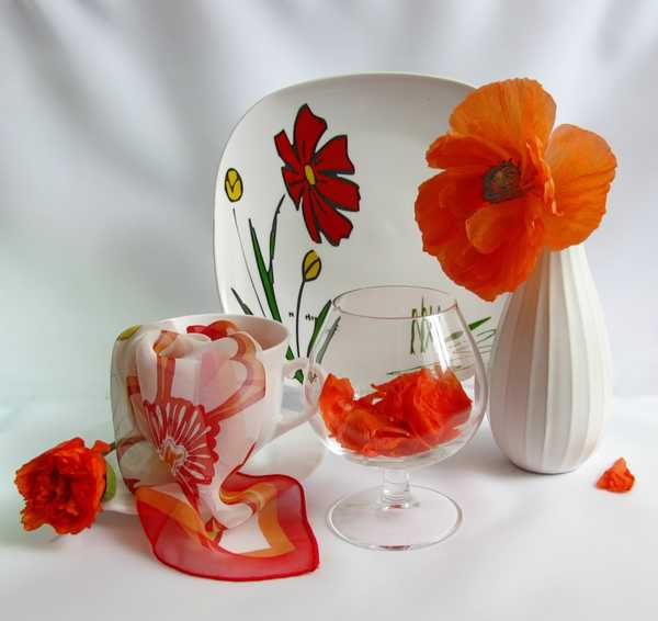 red poppy flower arrangement and tableware with red poppies