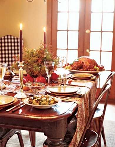 table runners made of fabric with leaf pattern for thanksgiving table decorating