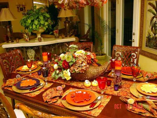 table runner, napkins and place mats made of fabric with fall leaves pattern