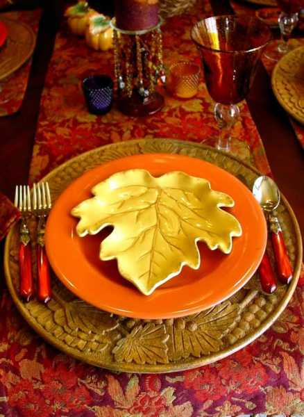 tablecloth with fall leaves pattern and leaf-shaped plate for thanksgiving decorating