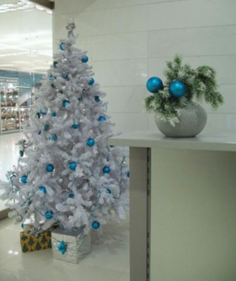 blue christmas tree decorating ideas adding cool elegance to winter holiday decor - Blue And White Christmas Tree