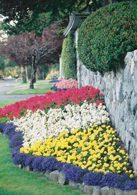 33 beautiful flower beds adding bright centerpieces to - Small backyard landscape designs ...
