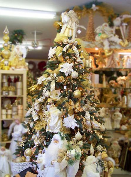 Sophisticated Look To Your Christmas Tree Decorating Two Or More Matching Colors Combined With Black White Ideas Will Add A Bright