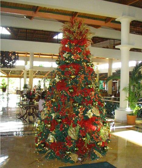 Christmas Tree Colour Schemes 2014: Beautiful Christmas Decor In Charming Old Fashioned Red Colors