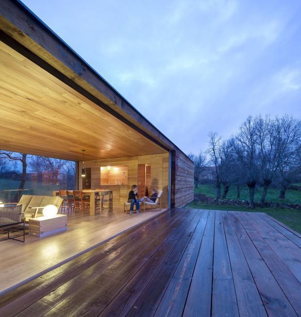 Modern House Design Wood: Cozy Modern House Built With Wood And Glass In
