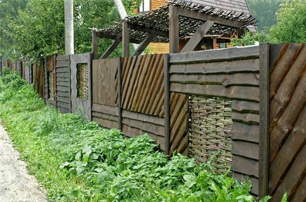 25 Beautiful Fence Designs to Improve and Accentuate Yard ... on Backyard Landscaping Along Fence id=22224