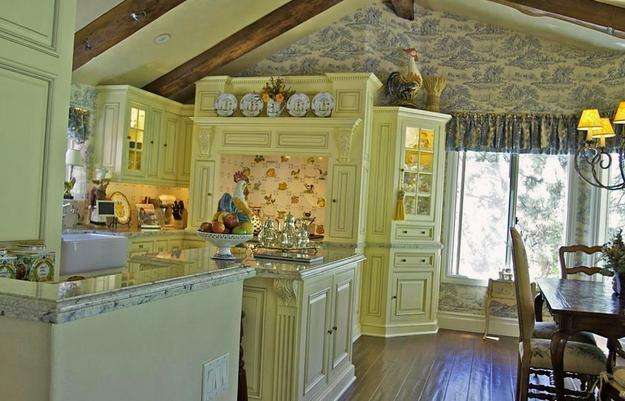 Country Kitchen Decor In Light Colors, Modern Wallpaper Pattern And Rooster  Decorations