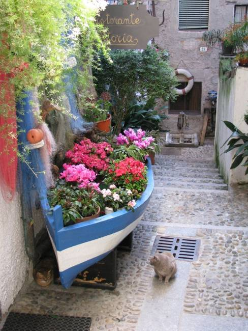 22 Landscaping Ideas to Reuse and Recycle Old Boats for ... on Backyard Garden Decor id=47289