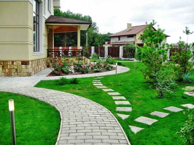 Attractive Yard Landscaping With Curvy Walkways