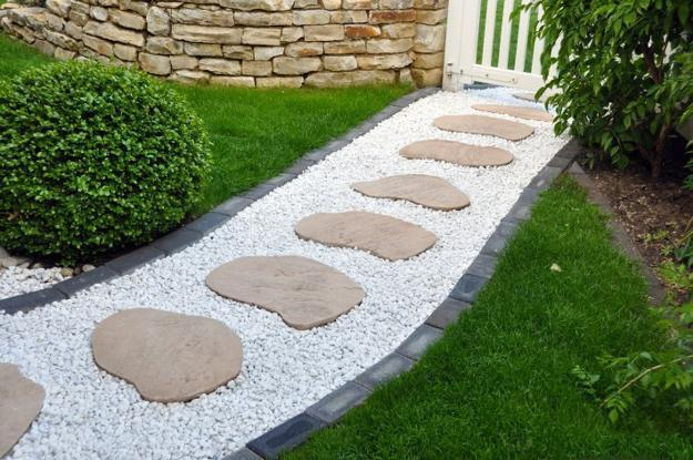 Walkway Design With Large Stepping Stones