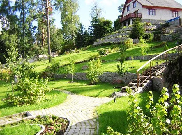 25 beautiful hill landscaping ideas and terracing inspirations for Landscape ideas for hilly backyards