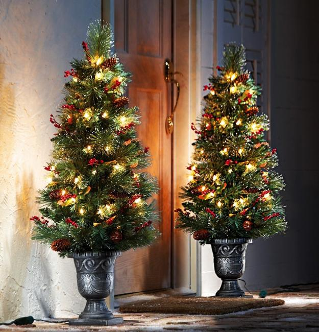 20 Inspiring Outdoor Lights And Door Decorations For Winter