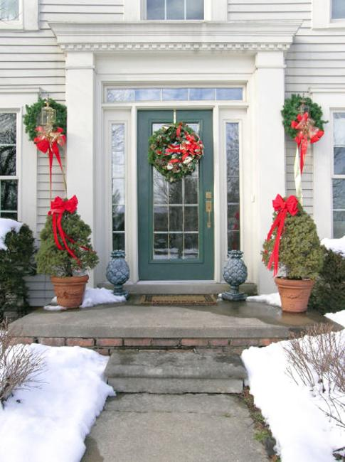 front door decoration with christmas wreaths and garlands