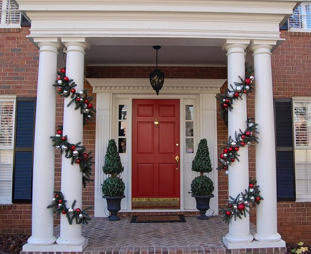 30 Spectacular Front Door Decoration Ideas For Christmas