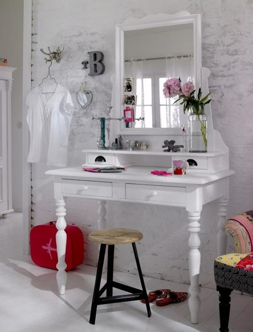 Retro Modern Furniture Placement Painted White Wood Table And Mirror Frame