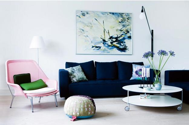 Contemporary Living Room Design With Round Coffee Table On Polyurethane Wheels