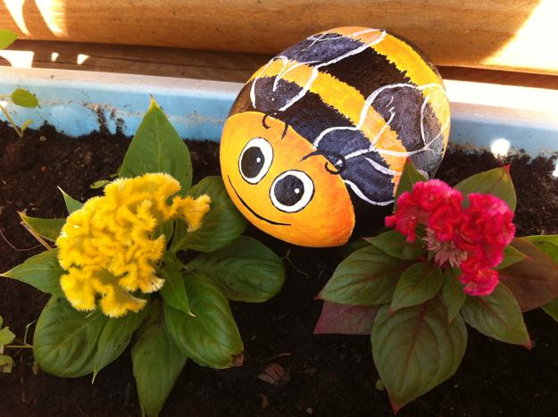 Colorful Rock Painting Ideas For Garden Decorations Bee With Flowers