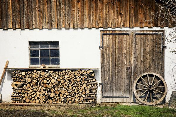 Merveilleux Adding Accents To House Exterior With Creative Firewood Storage
