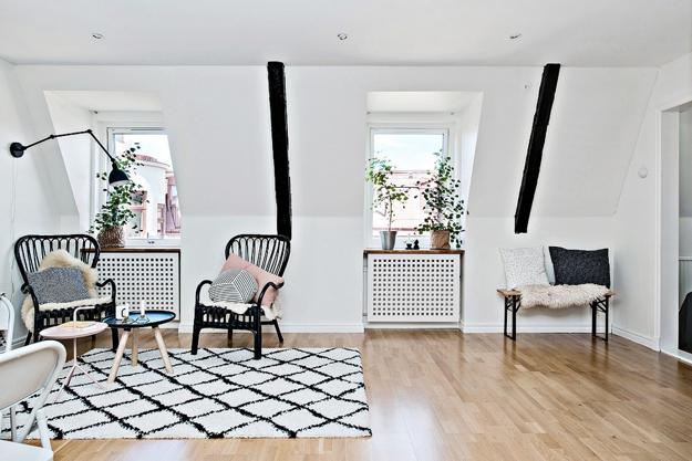 Clutter Free Interior Decorating And Black White Colors For Small Es