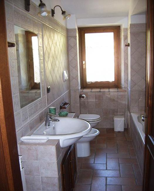 Traditional bathroom design with tiles & Latest Trends in Decorating with Bathroom Mirrors