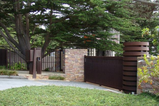 38 Homes That Turned Their Front Lawns Into Beautiful: Beautiful Fence Designs Blending Various Materials For