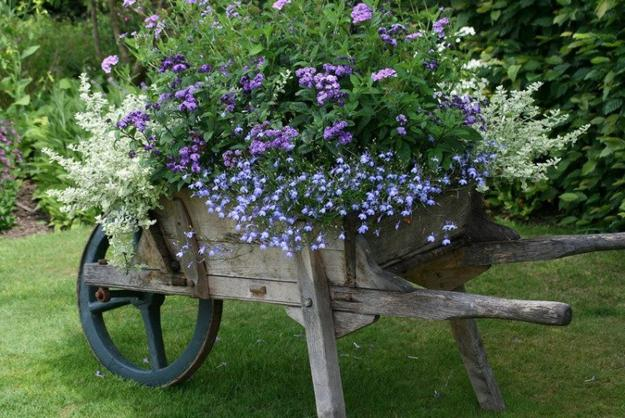 Reclaimed Old Wheels And Summer Flowers Make Beautiful Garden Decorations