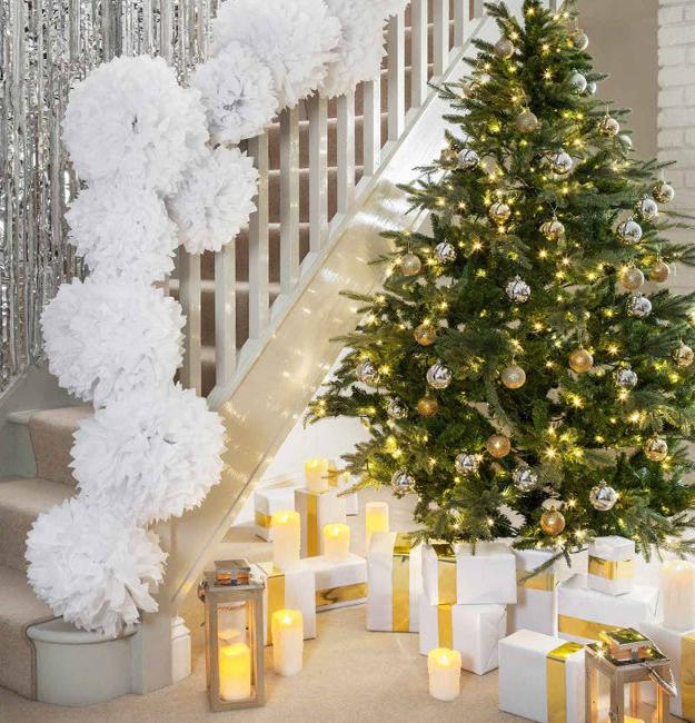 Decorate The Stairs For Christmas: 33 Christmas Decorating Ideas For Festive Staircase Designs