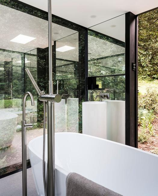 bathroom design with mirrored walls