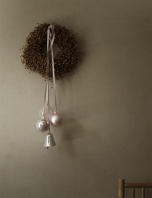 wall wreath with christmas balls