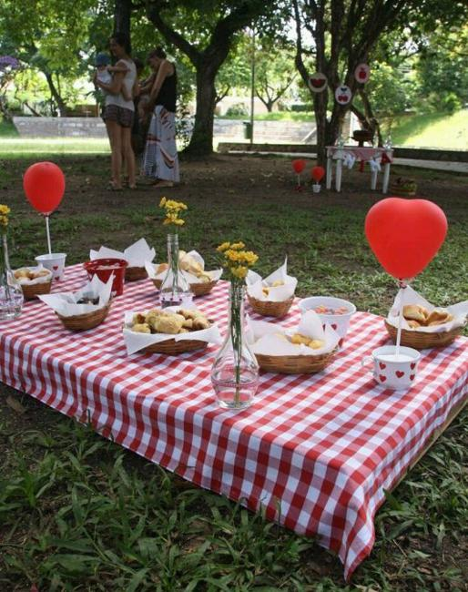 summer picnic table decoration